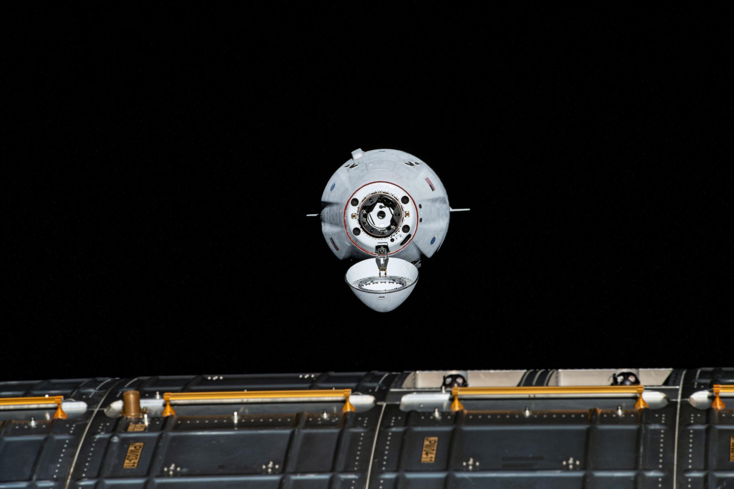 Xem ảnh tàu Dragon ghép nối với trạm không gian ISS