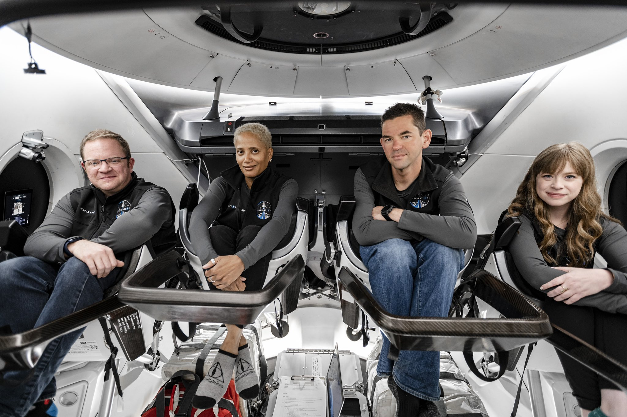 Inspiration4 in spacex crew dragon cabin ontop.vn