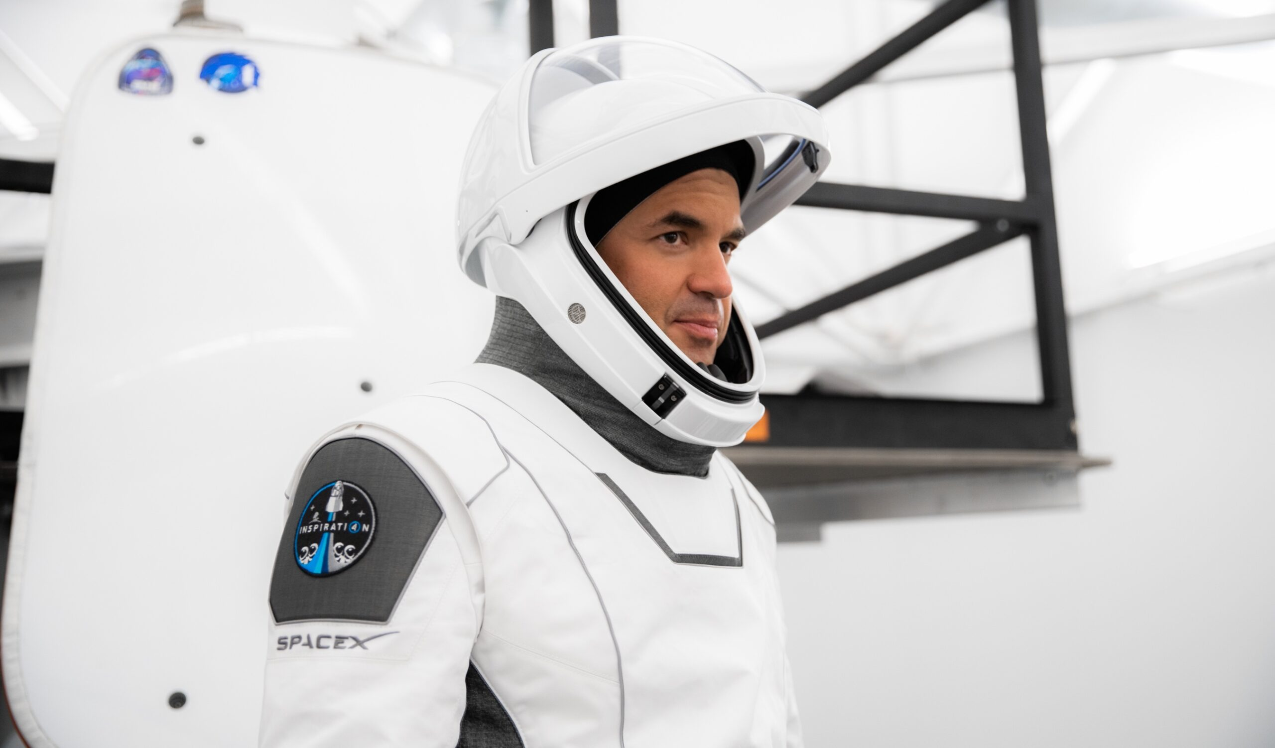 Jared Isaacman in spacex space suit ontop.vn