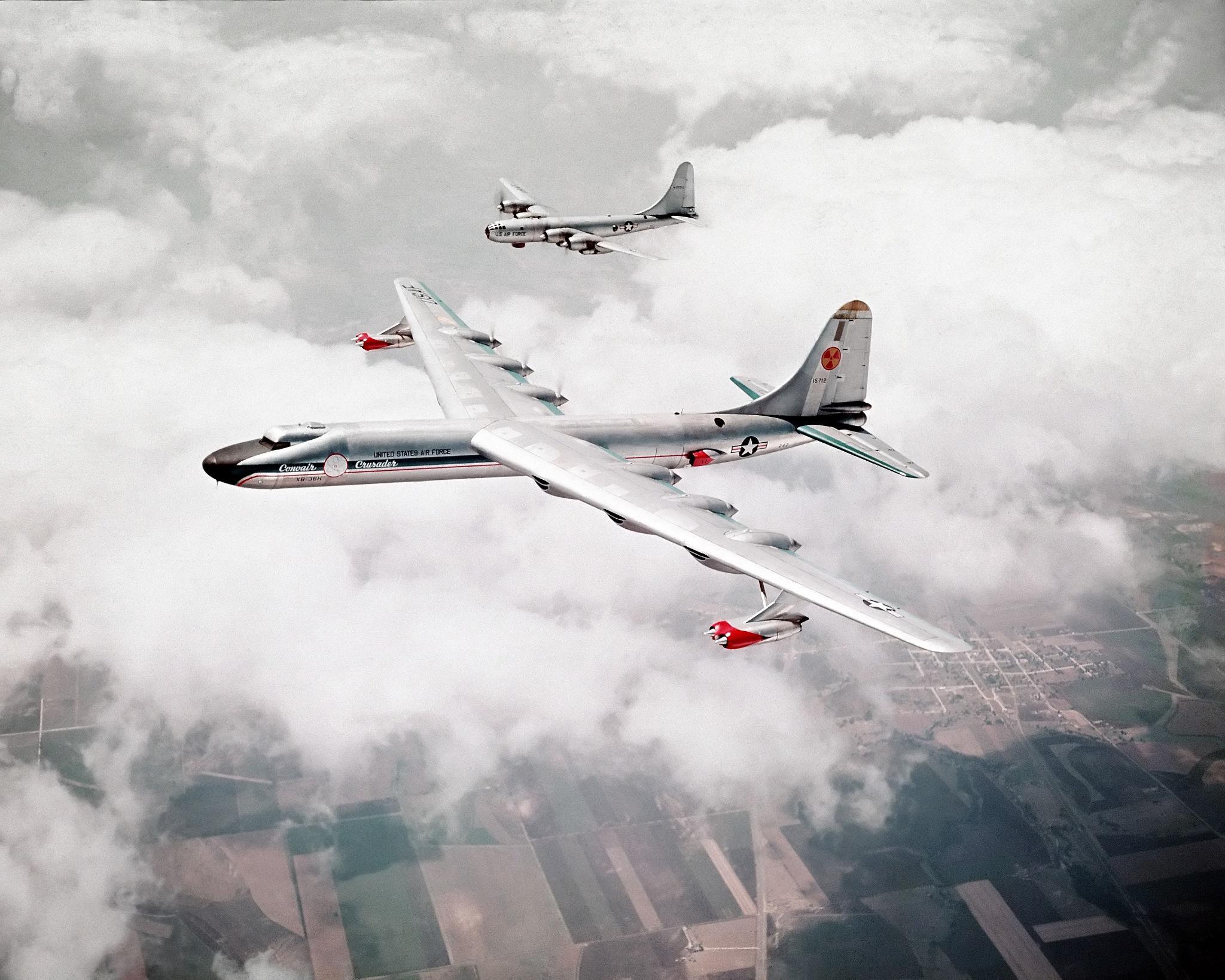 Đây là Convair NB-36H Peacemaker, chiếc máy bay duy nhất của Hoa Kỳ mang theo động cơ hạt nhân để thử nghiệm. Dự án này đã bị hủy vào năm 1958. Trong máy bay có một động cơ hạt nhân 3 Megawatt có thể hoạt động và làm mát bằng không khí. Nhưng chỉ là mang theo để đo các chỉ số an toàn chứ người ta chưa gắn nó vào động cơ của máy bay.