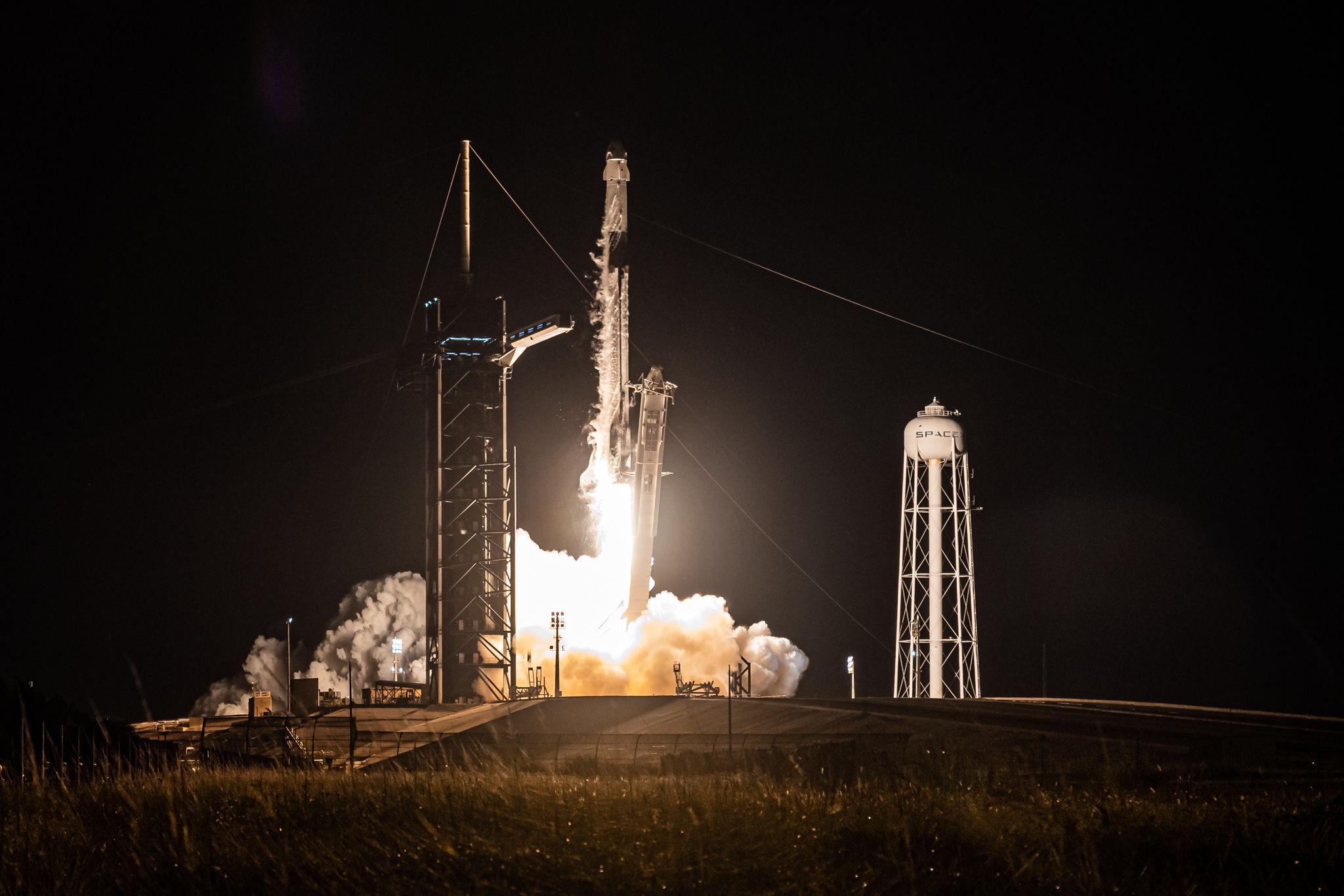 Tên lửa đang rời khỏi bệ phóng.