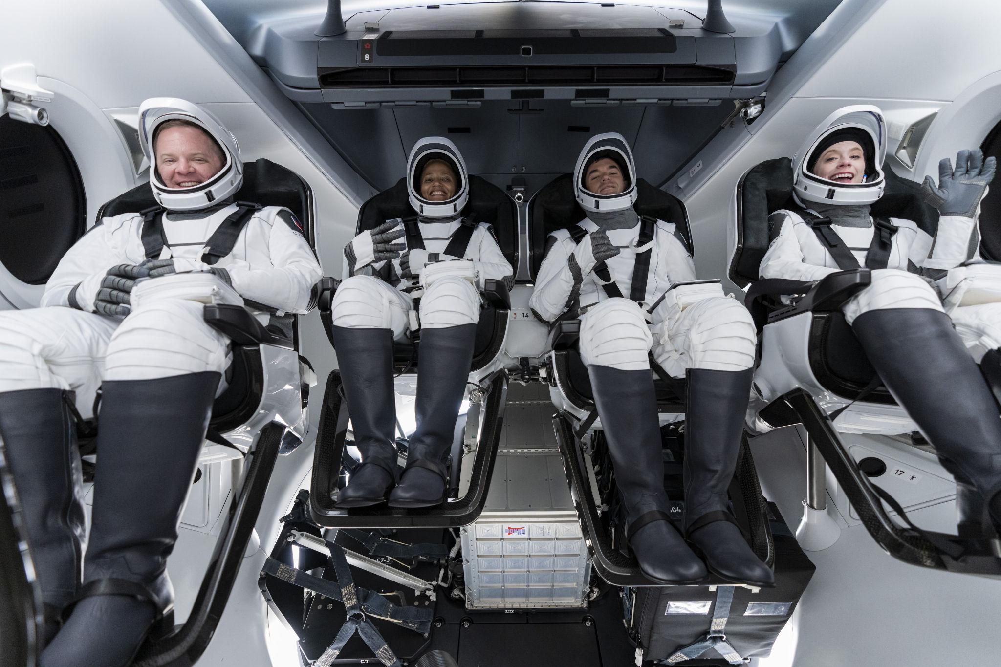 Phi hành đoàn Inspiration4 sáng nay trong khoang lái của phi thuyền Crew Dragon.