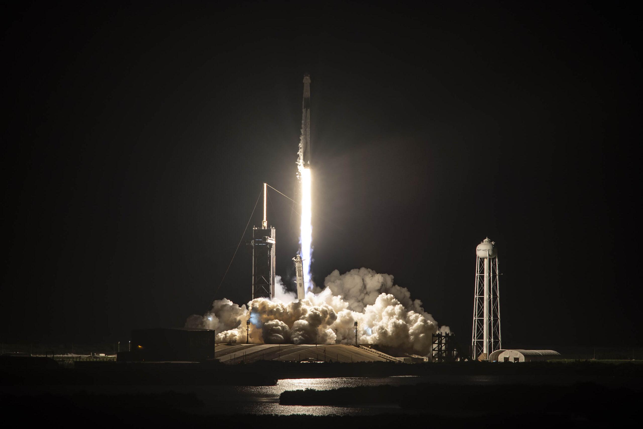 Mọi điều khiển phóng tàu đều được thực hiện tại trạm không gian ở mặt đất. Phi hành đoàn không cần điều khiển gì cả.