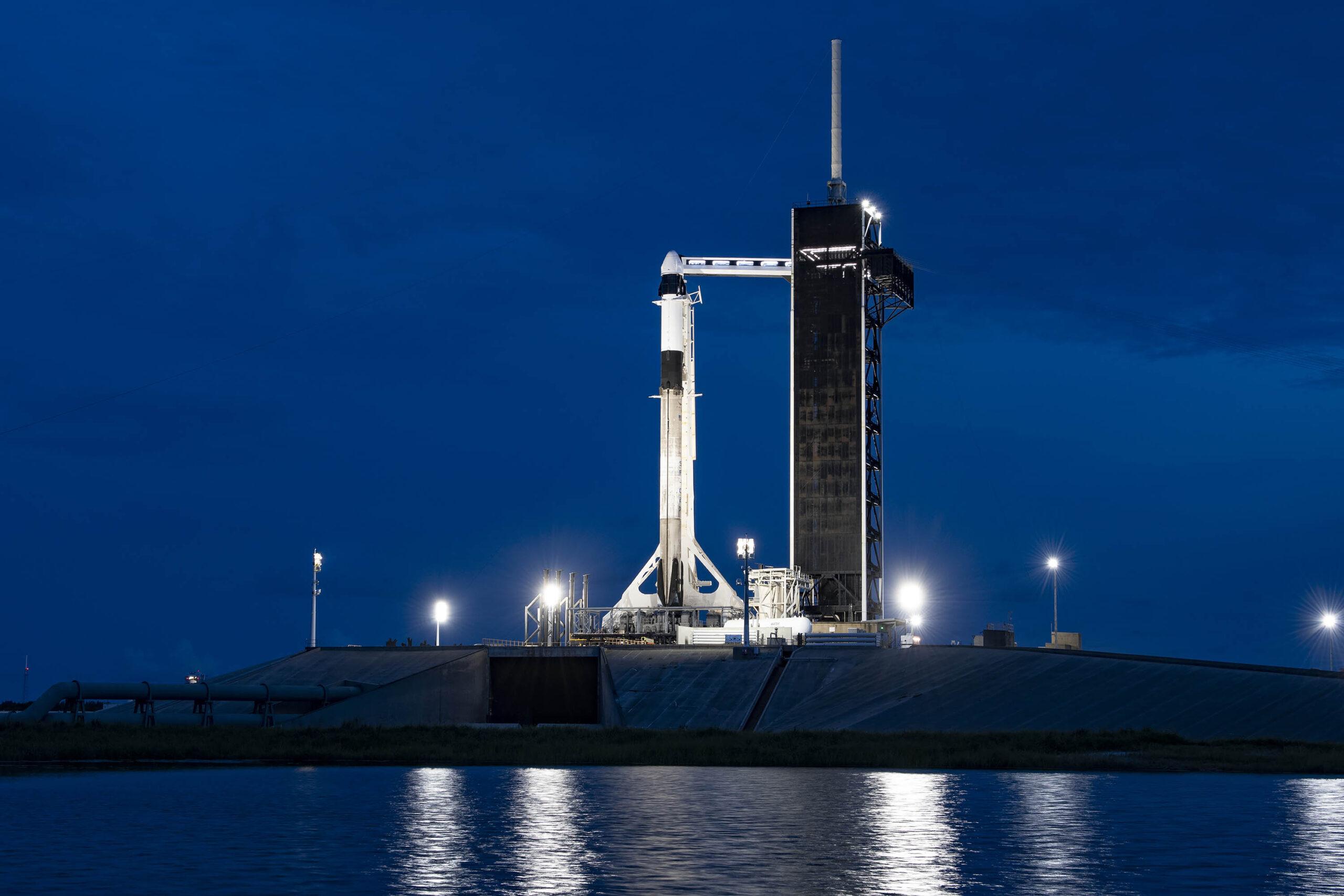 Phi thuyền Crew Dragon và tên lửa Falcon 9 của SpaceX trên bệ phóng sáng nay tại Kennedy Space Center.