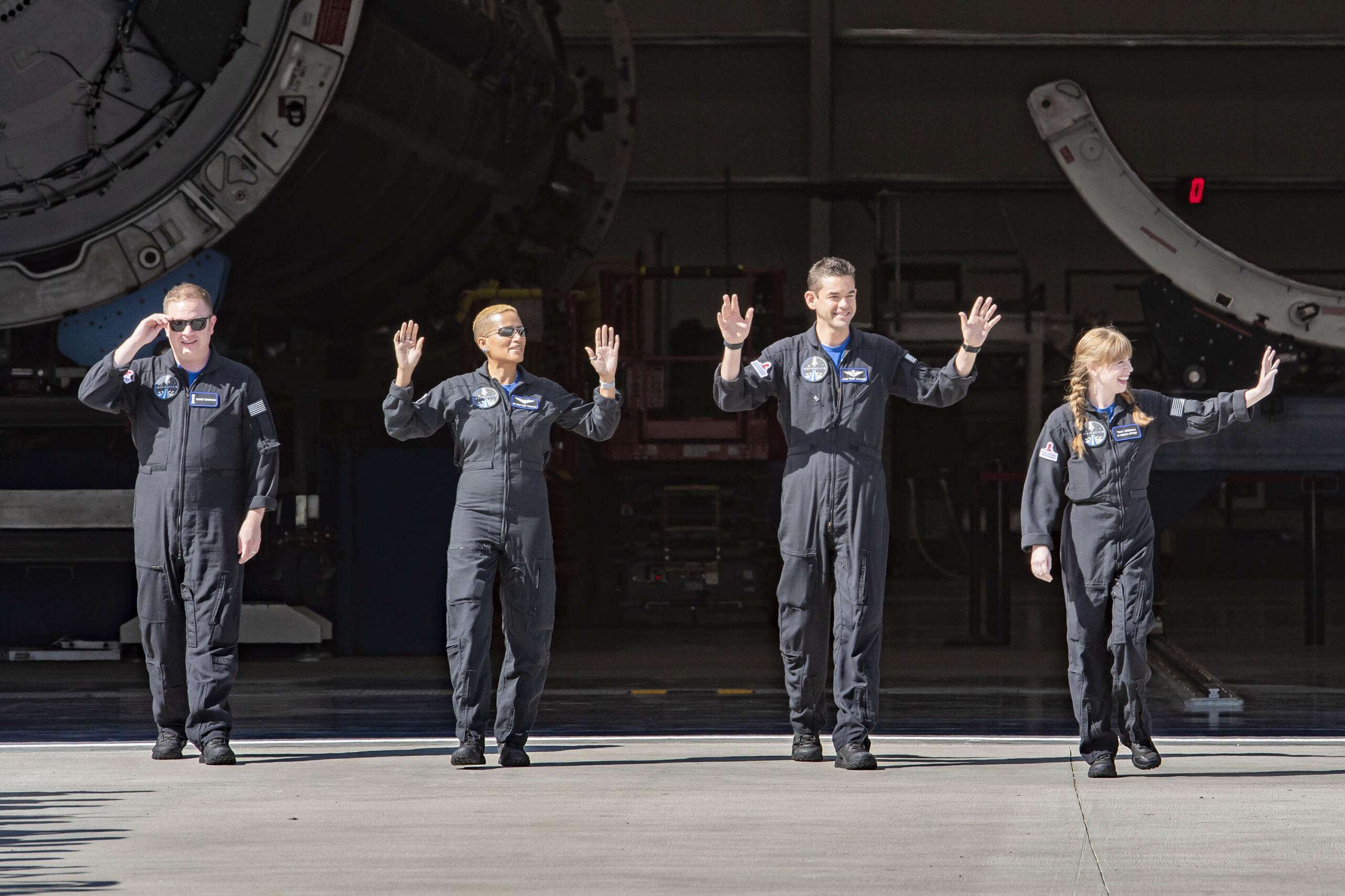 Phi hành đoàn từ trái sang: ông Chris Sembroski, bà Sian Proctor, anh Jared Issacman và cô Haley Arceneaux trẻ nhất mới 29 tuổi.