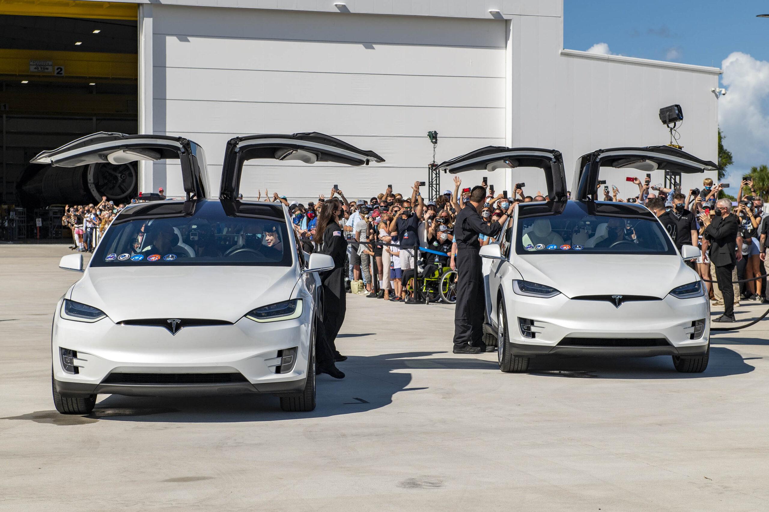 Họ dùng xe Tesla để di chuyển nhanh đến bệ phóng tên lửa.