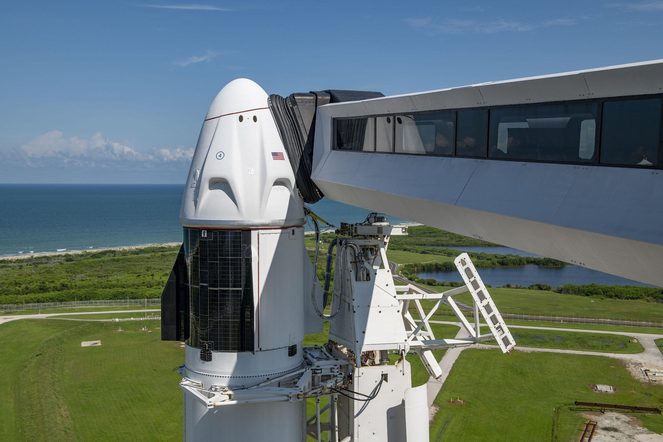 Cây cầu dẫn ra phi thuyền Crew Dragon đang nằm trên tên lửa Falcon 9.