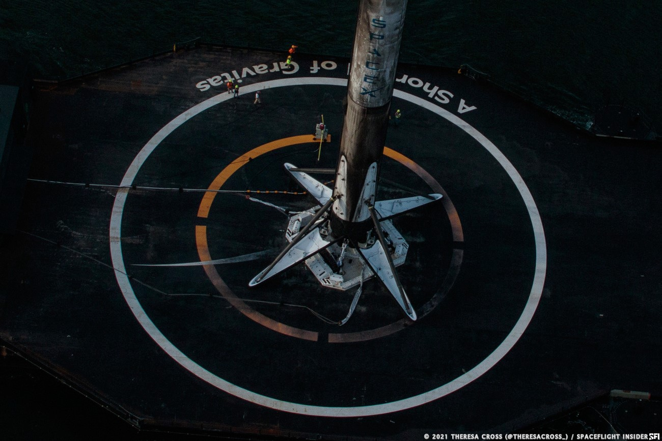 Xem ảnh drone ship của SpaceX chở tên lửa về cảng